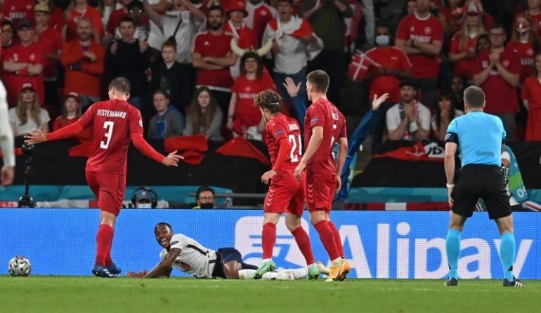 Aksi diving Sterling yang berbuah dengan kemenangan Inggris atas Denmark 2 - 1 (reuter/ bola.okezone.com)