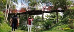 Jembatan Kayu di Antara Dua Puncak Bukit Kecil | @kaekaha