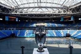 Trofi Euro 2020 saat di Gazprom Arena, salah satu tempat penyelenggaraan turnamen UEFA Euro 2020 di Saint Petersburg, pada 22 Mei 2021. Berikut ini jadwal semifinal Euro 2020.(AFP/OLGA MALTSEVA via KOMPAS.com)