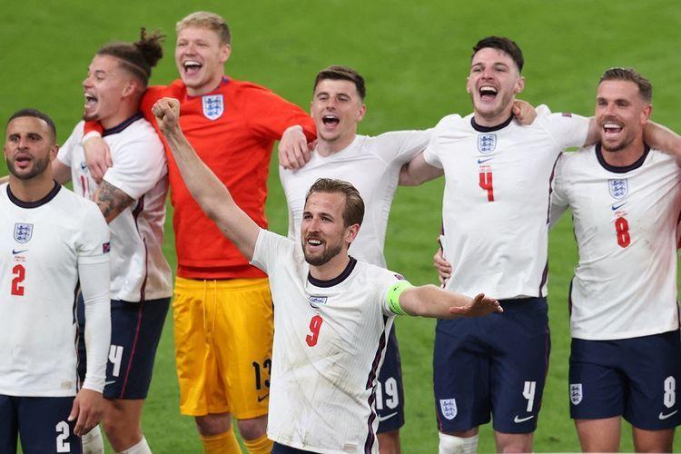 Striker Inggris Harry Kane (tengah) berselebrasi dengan penonton setelah memenangi laga sepak semifinal Euro 2020 antara Inggris vs Denmark di Stadion Wembley di London pada 7 Juli 2021.(AFP/CATHERINE IVILL)