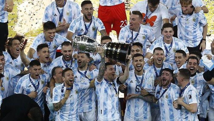 Messi Mengangkat trofi pertamanya bersama Argentina. (Foto: Getty Images/Wagner Meier)