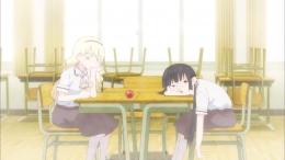 Olivia dan Hanako di ruang klub permainan. (dok. Lerche/Asobi Asobase)