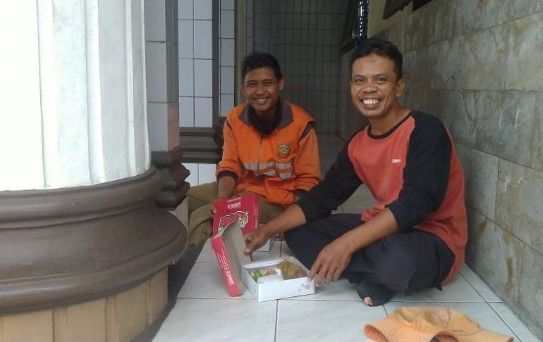 Pak Karyoto dan Pak Agus dua petugas kebersihan menikmati nasi dus dari seorang donatur masjid. | Dokpri