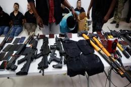Sejumlah senjata dan peralatan digunakan penyerang dan pembunuh Presiden Haiti Jovenel Moise diperlihatkan kepada Pers di Port-au-Prince, Haiti pada 8 Juli 2021. Sumber Reuters / Estailove St-Val, via RT.Com
