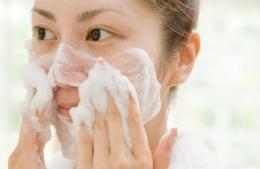 Ilustrasi mengaplikasikan face wash (sumber: very well)