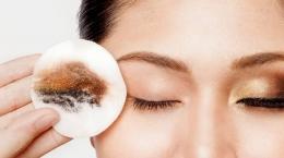 Ilustrasi membersihkan make up pada area mata menggunakan eye make up remover (Sumber: tribunstyle.com)