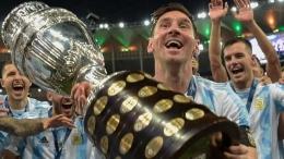 Lionel Messi, kapten timnas Argentina mengangkat trofi Copa America. Argentina juara setelah mengalahkan Brasil 1-0 (11/7/21). Sumber foto: Gettty Images via Goal.com