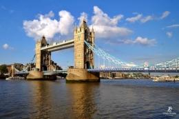 Tower Bridge, salah satu ikon kota London. Sumber: Tonny Syiariel