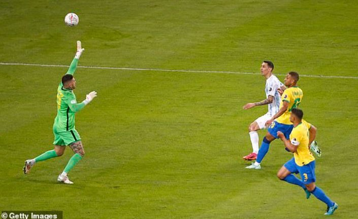 (gol Di Maria bawa Argentina unggul 1-0 / sumber foto Dailymail.co.uk)