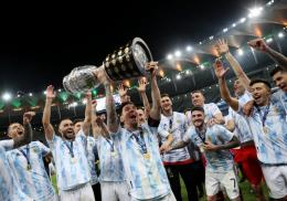 Argentina sukses angkat trofi Copa America 2021. Sumber: REUTERS/Amanda Perobelli/via Okezone.com