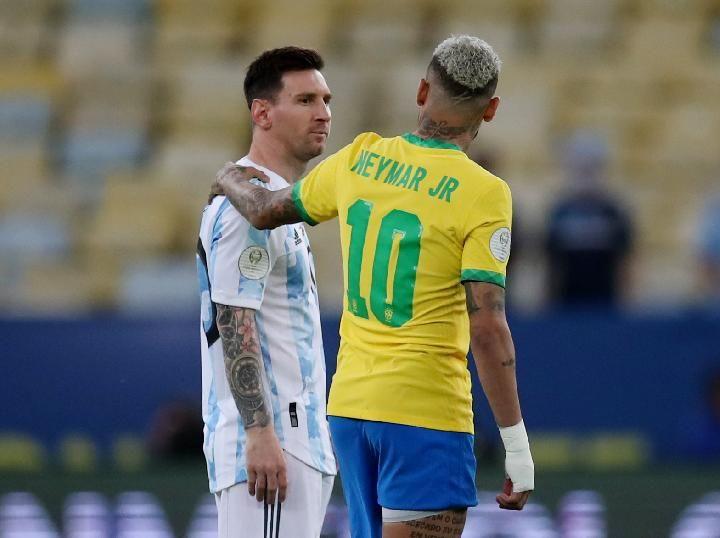 Pemain Brasil Neymar dan pemain Argentina Lionel Messi dalam pertandingan final Copa America 2021. REUTERS/Ricardo Moraes. Sumber:tempo.com