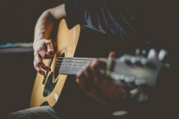 ilustrasi melakukan hobi bermain gitar untuk mengatasi stres dan kecemasan | photo by Joseph Humphrey from pexels