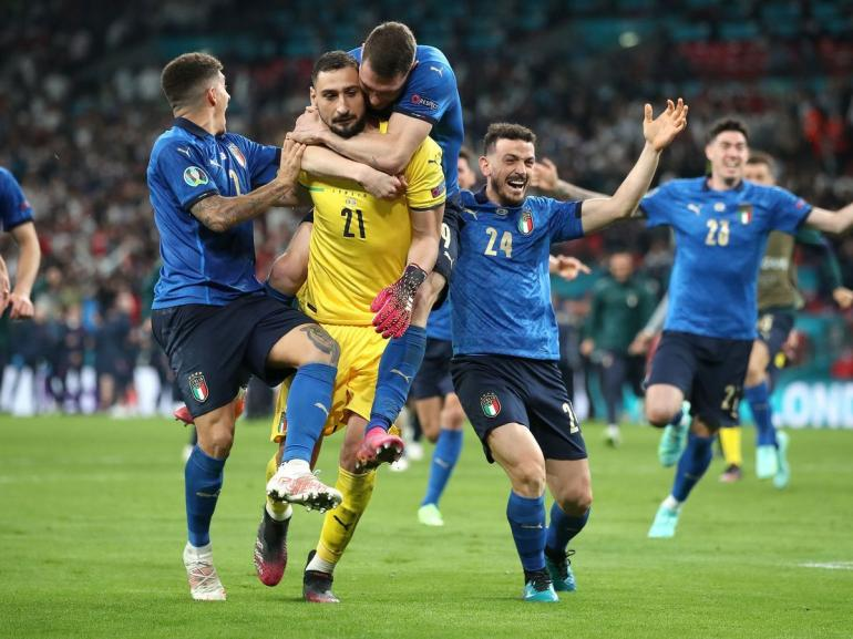 Selebrasi Timnas Italia --Gli Azzuri-- usai memenangkan laga final lawan Inggris lewat adu penalti dengan skor 3-2 (1-1) (shropshirestar.com).