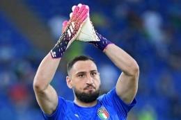 Penjaga gawang Italia Gianluigi Donnarumma menyapa para penggemar menjelang pertandingan sepak bola Grup A UEFA EURO 2020 antara Italia dan Swiss di Stadion Olimpiade di Roma pada 16 Juni 2021.(ETTORE FERRAR via Kompas.com)