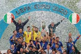 Timnas Italia tengah merayakan kemenangannya usai berhasil mengalahkan Inggris pada final Euro 2020 (12/7/2021) di Stadion Wembley.| Sumber: kompas.com