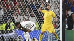 Kiper Donnarumma, pahlawan Italia dalam drama adu penalti lawan Inggris di final Euro 2020 (Foto AP/Andy Rain)
