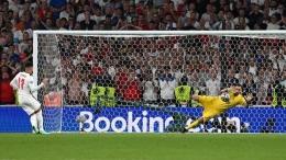 Tendangan penalti Jadon Sancho berhasil digagalkan kiper Italia Donnarumma (Getty Images/ Paul Ellis - Pool).