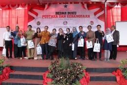 Foto bersama dalam acara Bedah Buku di Ampiteater Perpus Bung Karno. Lik Hir berblangkon nomor 2 dari kiri. Dok/panitia
