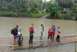 Foto : Ketika musim hujan dan sungai meluap, rakit menjadi alternatif untuk menyebrang ke desa sebelah (dokpri).