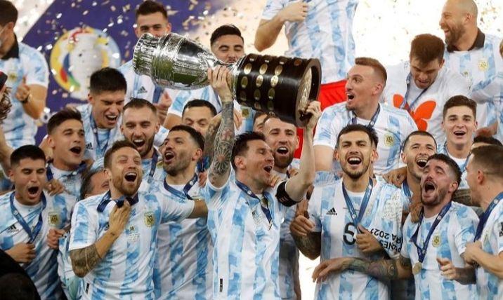 Foto : Messi mengangkat trofi bersama skuad Argentina (Ig : paulodybala).