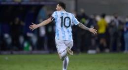 Foto : Selebrasi Messi setelah mencetak gol di gawang Ekuador lewat free kick indah (indosport).