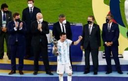 Foto : Messi menerima trofi sebagai top skor Copa Amerika 2021 (indosport.com)