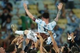 Foto : Messi di angkat oleh squad La Albiceleste sesaat setelah memastikan juara Copa Amerika 2021 (Ig : antonelaroccuzzo).