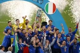Bek Italia Giorgio Chiellini (tengah) mengangkat trofi Kejuaraan Eropa selama presentasi setelah Italia memenangkan pertandingan sepak bola final UEFA EURO 2020 antara Italia dan Inggris di Stadion Wembley di London pada 11 Juli 2021(JOHN SIBLEY) via Kompas.com