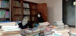 Kegiatan Menata Rak dan Buku (Dok. Pribadi)