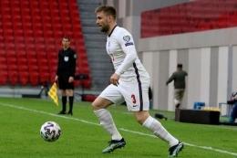 Bek Timnas Inggris Luke Shaw yang berhasil menciptakan rekor gol tercepat final Euro dalam waktu 2 menit (AP Photo).