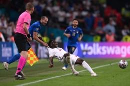 Giorgio Chiellini dan Bukayo Saka di final EURO 2020. (photo/REUTERS/LAURENCE GRIFFITHS) Sumber: Indozone