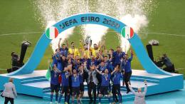 Italia dan Trofi Henri Delaunay sebagai juara Euro 2020. (Sumber: Trailblazers AMU Online)