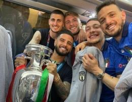 Marco Verrati memegang trofi Euro. Pemain Timnas Italia ini meraih penghargaan Top Performer Euro 2020 (instagram.com/ Marco Verrati).