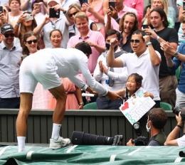 Djokovic menghadiahkan raketnya ke gadis kecil yang manis (Gambar: rediff.com)