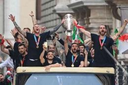 Pemain-pemain Timnas Italia melakukan pawai juara di Kota Roma, Selasa (13/7). Italia juara Piala Eropa 2020 setelah mengalahkan Inggris di final/Foto: www.outlookindia.com/Roberto Monaldo/AP