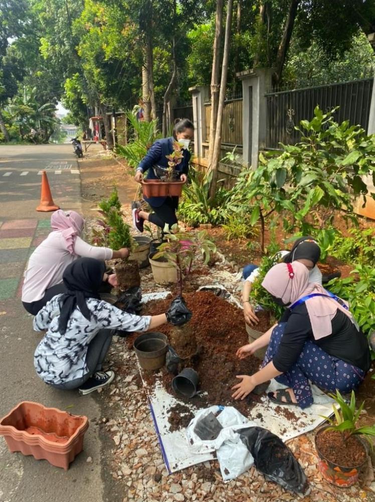 Mahasiswa KKN sedang melakukan penanaman pohon/dokpri