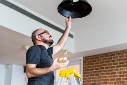 Ilustrasi sedang mengganti lampu rumah. Sumber: freepik.com