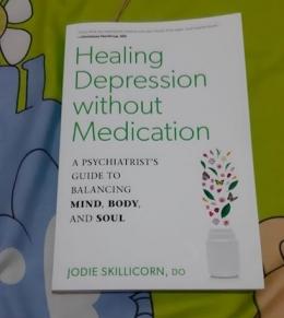 Ilustrasi memperkaya pengetahuan akan stres dan kecemasan dengan membaca buku (Dokpri)