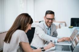 Memiliki bos yang mendengar dan mau berbaur dengan bawahannya, menjadi idaman bagi banyak orang. Saya pernah merasakan punya bos terbaik ketika dulu bekerja di perusahaan media | Foto: al.co.id/Shutterstock