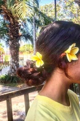 Sofia sangat suka dengan bunga kamboja. (Dok. Pribadi/Lambok Dominikus)
