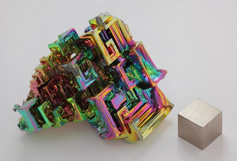 Kristal dan logam Bismut. Sumber: https://en.wikipedia.org/wiki/File:Wismut_Kristall_und_1cm3_Wuerfel.jpg