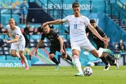 Schick juga terlihat tenang dalam mengeksekusi penalti. Sumber: AFP/Paul Ellis/via Kompas.com