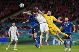 Penampilan bagus Donnarumma menjadi kunci penting Italia menuju gelar juara Euro 2020. Sumber: Frank Augstein/via Kompas.com