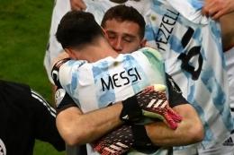 Messi sebut Emi Martinez sebagai 'Fenomenal'. Sumber: AFP/Evaristo Sa/via Kompas.com