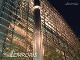 www.emporis.com  - Ketika malam hari, berbagai jenis lampu dekoratif dinyalakan, dan membuat lingkungannya terang benderang, termasuk bangunan itu sendiri .....