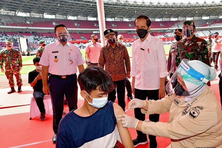 Presiden Jokowi meninjau pelaksanaan vaksinasi di Gelora Bung Karno. Foto