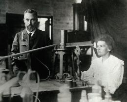 Marie Curie dan suaminya, Pierre Curie. Sumber: https://commons.wikimedia.org/wiki/File:Pierre_and_Marie_Curie.jpg