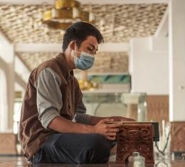 Melakukan teknik Pursed Lip Breathing dengan membaca Al-Quran memberi kita dua manfaat sekaligus (unsplash.com/Visual Karsa)