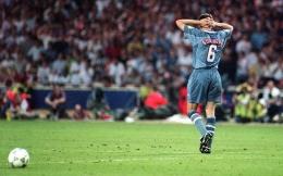 Gareth Southgate gagal melakukan tendangan penalti di Euro 1996 (Gambar: telegraph.co.uk)