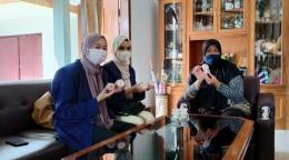 Penyerahan Hasil Masker Organik Stroberi Kepada Kelompok Wanita Tani/dokpri